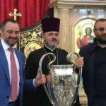 Соратник Порошенко Андрей Павелко и криминальный авторитет по кличке «Нарик» принесли кубок Лиги чемпионов в церковь