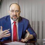 Премьер Шмыгаль пообещал повысить зарплаты медикам